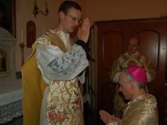 Il novello sacerdote impartisce la benedizione al Vescovo...