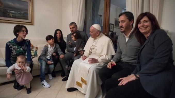 papa-francesco-con-famiglie-ex-sacerdoti-740x493
